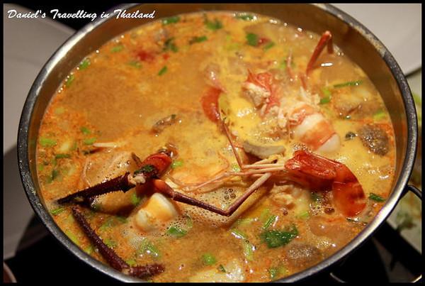 夜色唯美清邁湖畔餐廳 品嚐椰香濃郁的道地泰式酸辣湯