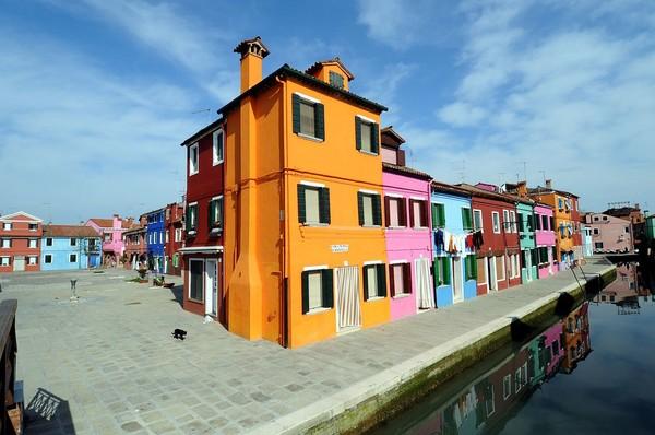 居民故意将房子涂上亮眼的颜色