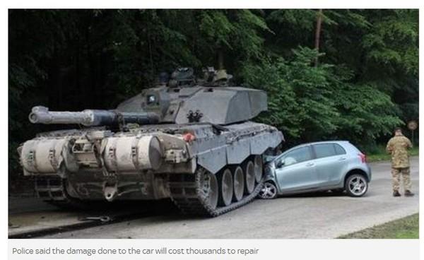 女駕駛所開的Toyota前端被坦克車整個輾壞。(圖/翻攝自Sky News) 國際中心/綜合報導 德國多特蒙德市(Dortmund)發生小轎車與坦克車相撞的驚悚畫面,轎車前半部被重達62噸的「挑戰者2號(Challenger 2)」坦克車暴力性毀壞,然而車中18歲的女駕駛竟神奇地毫髮無傷。 照片由當地警方發布,事件發生於周一(1日),女駕駛開車時沒有注意到馬路上有英國駐軍的坦克車經過,竟然開著Toyota逼近,使得坦克車駕駛無法立即停車而輾過轎車前方。 由於無法明確判斷是誰的錯,目前雙方皆指責是對方所造