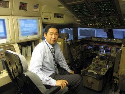 模拟飞机所有动作,「驾驶舱」前方窗户更使用投影