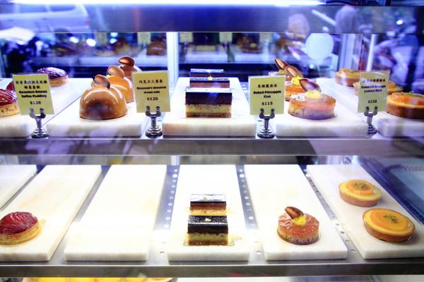 甜匠烘焙坊sweet as hope bakery在门外就可见玻璃橱窗中,可口的甜点