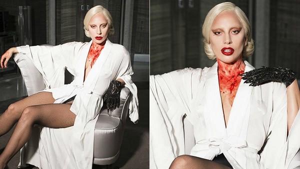 女神卡卡將在《美國恐怖故事》中飾演壞心的老闆娘。(圖/取自新浪娛樂) 女神卡卡1月風光宣布跨足戲劇市場,出演恐怖影集《美國恐怖故事》,讓此劇尚未撥出就造成轟動。在最新公布的劇照中,她身穿白色浴袍、微露酥胸,脖子上卻滿是傷痕,沾染上赤紅色的血跡,性感中又帶著殺戮氣息;而另外幾張照片,她則是畫上深紅色口紅,嘴角同樣沾染著血漬,卻露出詭異的笑容,讓網友直呼真是太可怕了。