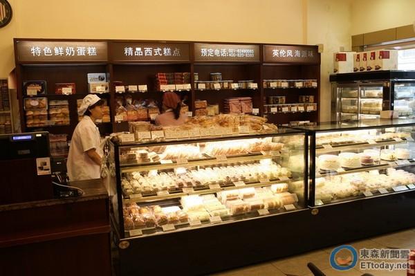 红宝石蛋糕店贩售多种糕点点心.