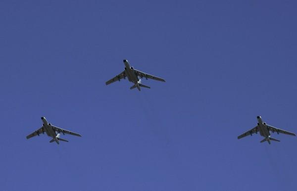 這次的空中梯隊飛機數量創下歷史之最。(圖/翻攝自央視YouTube,下同) 大陸中心/綜合報導 大陸抗戰70周年大閱兵今天登場,中共總書記、國家主席習近平致詞結束後,紀念大會的重頭戲「分列式」也正式開始,由陸海空三軍組成的10個空中梯隊,不僅飛機數量創下歷史之最,飛機「拉煙」次數也最多、時間歷次最長;其中受到高度關注的是首次公開亮相的轟-6K。 這次的空中梯隊共有18型近200架飛機參閱,其規模和機型數量創歷史之最,甚至還增加許多新裝備,新一代預警機、轟炸機、殲擊機、艦載機、直升機等多型飛機都是列裝後首