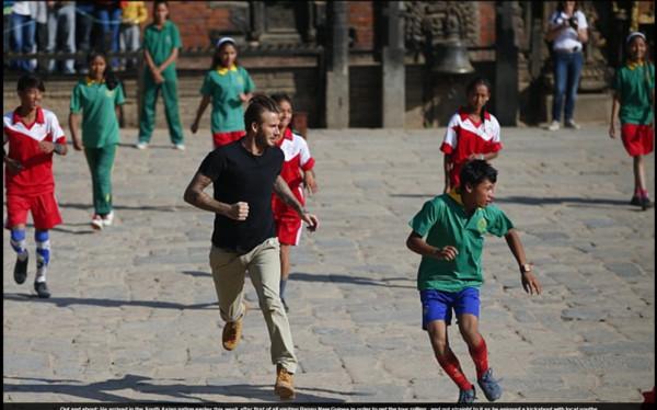 贝克汉现身强震后尼泊尔涂v强震和小学生踢足图片小学希望的图片