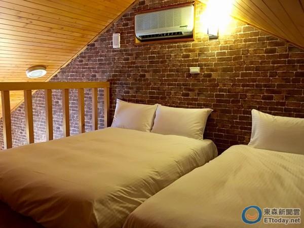 6人房为挑高天花板的房型,以阁楼设计,墙壁上贴有乡村红砖图样的壁贴