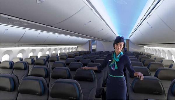 波音787客機機艙搶先看。(圖/波音公司提供,下同) 記者賴文萱/台北報導 長榮航空大手筆購入24架波音787客機以及2架波音777-300ER客機,預定2018年7月就會引入台灣!波音787-10夢幻客機主打節油效益,可容納330名乘客,並強調機艙舒適度,空氣清新度、濕度都大幅提升,噪音也會降低,有效控制艙壓,更可以減輕旅客搭機常見的暈機及不適。  波音787客機機艙空間超大。 波音787機型大量採用輕量化的碳纖維等複合物料,應用範圍涵蓋機身、機翼、發動機的葉片等,使用比例超過總重量的50%,可以大