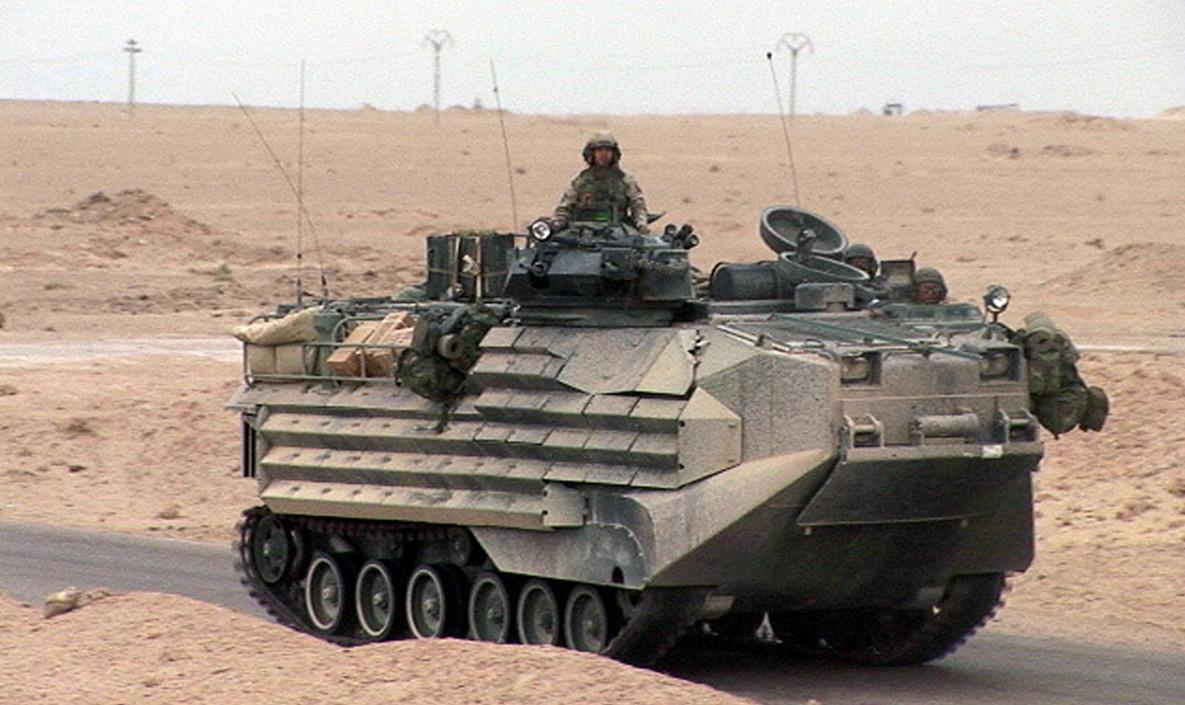 美军的aav-7两栖突击车在伊拉克作战时所摄