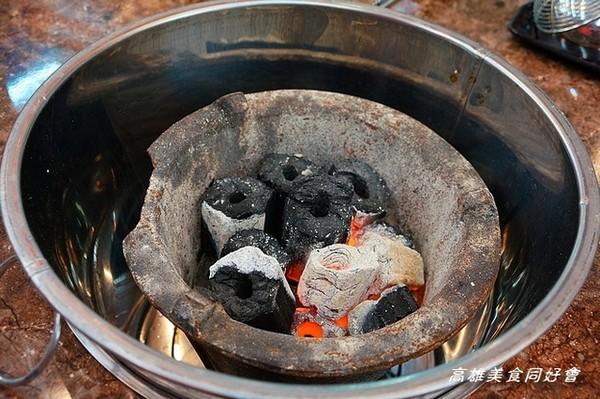 店家用的是碳火炉,不是瓦斯,炉子还特定用铁桶装起来,保护来用餐的