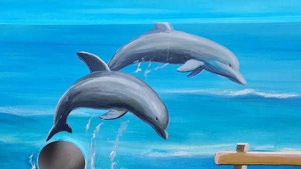 ▼拟真的海景里有海豚及螃蟹.