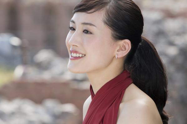 榮登2016年日本「最理想女友」第一名的綾瀨遙,憑著秘密武器SK-II青春露,養出25歲嫩白肌齡。 「日本國民女神」綾瀨遙 養出25歲嫩白肌齡 從女孩蛻變為女人的「日本清純女神」綾瀨遙,戲劇邀約不斷,憑藉精湛演技,以電影《海街日記》入圍日本藍絲帶影后獎,近期演出有NHK大河奇幻劇《精靈守護者》,而即將上映的電影,則是改編知名漫畫的《高台家的成員》,從早期傻大姐的角色,如今挑戰不同個性、角色的演出,多變的演技讓大家有目共睹! 以不屈不撓的演員魂,改寫命運的綾瀨遙,擔任SK-II代言人多年,剛邁入輕熟女階段