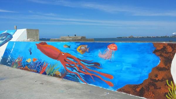 将海边堤防以鲔钓船捕捞鲔鱼进港,樱花虾为主题,使用3d彩绘方式绘制
