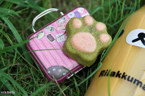不过露拿到粉红色的还挺可爱的!里头则是装了一个也很萌的猫掌磅蛋糕.
