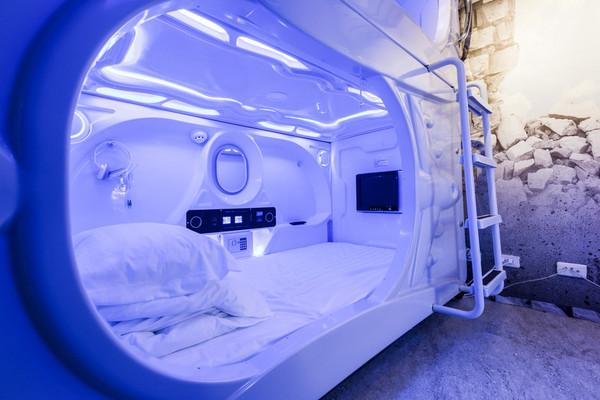 54inn的胶囊单人床,以太空船舱为设计发想,有趣造型让人直呼好特别.