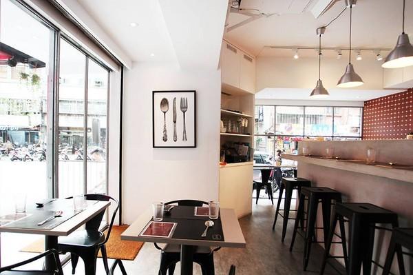 运用转角的优势,营造出欧洲咖啡店的感觉,搭配纯白的外观,坐在窗边的