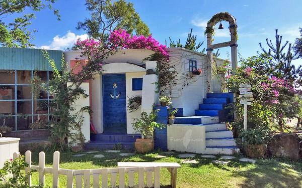 园内的风景让人惊呼,蓝白地中海风情钟楼,欧式古典洋楼回廊,南瓜马车
