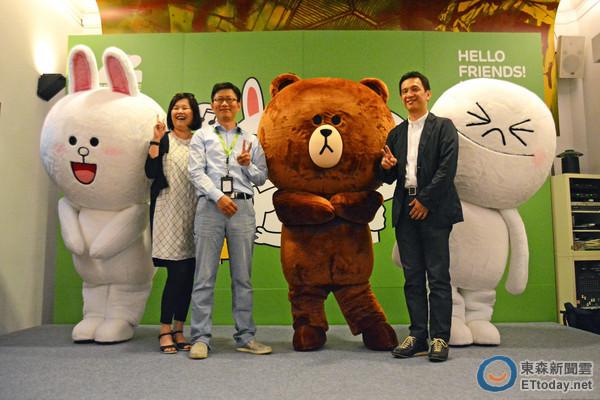 記者蔡孟修/台北報導 這是在日本播出的LINE短篇動畫,有人先將影片翻成中文字幕,預計8月份就會在八大電視台上映了。(影片/來源:YouTube) 熊大、兔兔、詹姆士、饅頭人來台灣了!國際影業有限公司獨家取得LINE肖像的授權代理權,將在台灣推出一系列LINE商品及短篇卡通「LINE OFFLINE」,甚至與便利商店合作計一系列的優惠及其他活動,粉絲不用再辛苦尋找海外版商品,未來國內將推出台灣版的限量商品。  左起3為LINE 台灣區副總經理陶韻智,右起2則是國際影業有限公司總經理近藤努。(圖/記者蔡孟