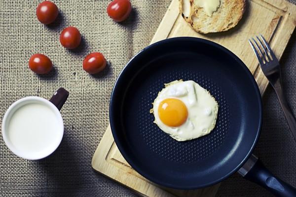 打蛋别往碗边敲!煮蛋常犯8错误 网哭:水煮蛋变蛋花汤