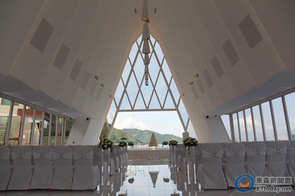 除了可预约教堂举办婚礼外,酒店也提供新人预约欧式开篷马车.
