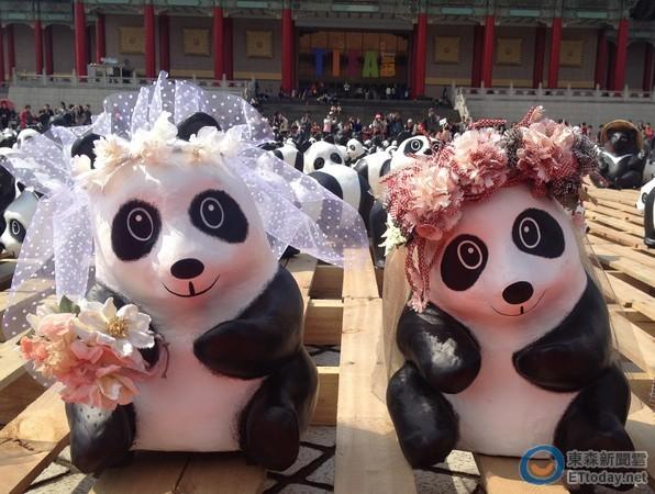 紙貓熊排列出「520」的字樣,象徵「我愛你」的祝福。 記者陳睿中/台北報導、攝影 在3月14日至30日展出的「1600貓熊世界之旅—臺北」,於兩廳院藝文廣場展期邁入第二個週末,3月23日當日也因為天氣晴朗,因此吸引大量人潮出遊,共同欣賞紙貓熊展覽。  紙貓熊穿戴上特別設計的婚紗,民眾看到直呼超可愛。(圖/台北市觀傳局) 主辦單位也在23日特別讓紙貓熊以及紙台灣黑熊穿上婚紗與西裝,展開一場別開生面的「雙熊婚禮」,另外還邀請一對愛情長跑10年的新人在現場拍攝婚紗照片,讓現場顯得喜氣洋洋。