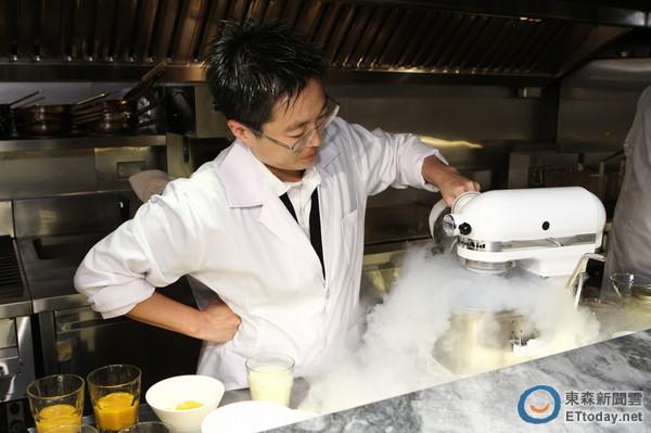 当冰淇淋机加入液态氮之后就会冒出浓浓的冰雾