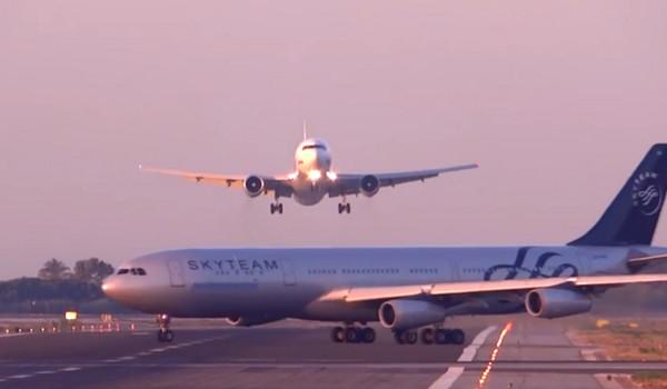 客机正好「挡住」降落跑道,2架飞机非常靠近,画面看起来相当惊险