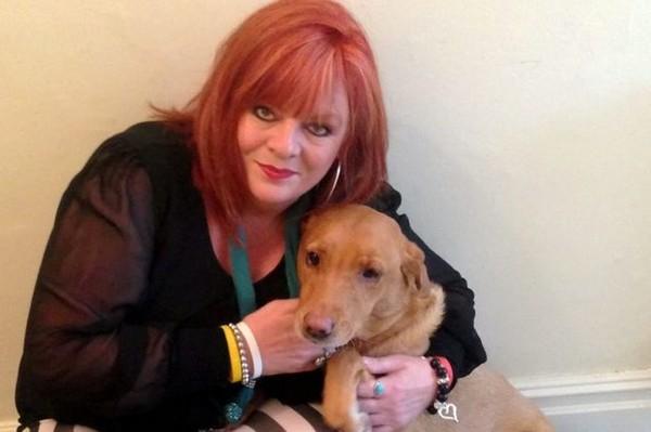 國際中心/綜合報導 毛小孩救命!英國一名48歲女子表示,自己的愛犬前陣子一直不停用鼻子嗅聞她的左胸,接著又伸出爪子猛搓;她覺得非常奇怪,直到某天去醫院檢查,才發現自己罹患乳癌,趕緊入院治療。對於劫後餘生這檔事,她感激地說:謝謝狗狗的救命之恩!  寵物犬米希超強的第六感救了主人一命。(圖/取自個人臉書) 《赫芬頓郵報》報導,女子愛莉森(Allison Powell)養了一隻狗狗米希(Missy),人狗之間感情融洽。突然某天,米希開始不停嗅聞愛莉森的左奶,有時還會伸出爪子猛抓;且結束一連串行動後,米希就會情緒