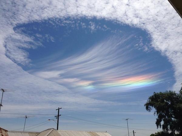 澳维州天空出现「七彩大洞」 网:外星人要入侵了?