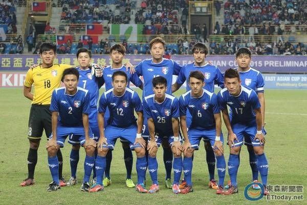 記者張克銘/綜合報導 中華男子國家隊在東亞盃1和2負的成績,並沒有影響到世界排名,FIFA公布世界排名,中華依然不動停在188名,世界排名第一的依然是德國,進步最多的則是歐洲的法羅群島,187名升到105名。  中華隊排名依舊在188名(圖/記者張克銘攝) 中華隊東亞盃1:2敗給關島,0:1敗給香港,最後一場0:0平北韓,雖然沒有拿下任何一勝,不過排名依然停留在188名,很大的原因是排在中華後面的國家沒有比賽,因此排名依然停留在原地。 不過中華隊目前排名亞洲倒數第4,僅比蒙古、汶萊、不丹還好,在中華前面包
