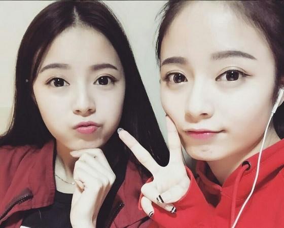 雙胞胎姊妹不只人長得漂亮,成績也出色,被讚「有臉又有腦」。(圖/翻攝何鍶怡、何鍶棋微博,下同) 大陸中心/綜合報導 四川省一對21歲雙胞胎姊妹因為長相甜美、皮膚白皙,被封為「最美雙胞胎校花」,而且兩人都是成績優秀的「學霸」,被網友稱讚是「美貌與智慧兼具的女神」。曾教過兩姊妹的高中老師表示,「她們素顏和網路上照片區別不大」,為雙胞胎校花的美貌進行保證。 這對在微博爆紅的雙胞胎姊妹分別是就讀南京藝術學院的姊姊何鍶怡、四川師範大學的妹妹何鍶棋,兩人「貌美、膚白、身材好」,迷倒大批網友,14日還在微博舉行「最美