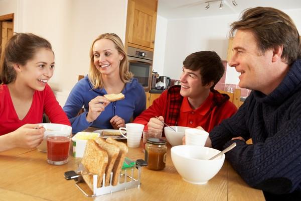 ▲全家一起開心吃早餐。(圖/達志示意圖)