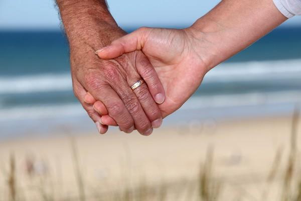 永遠,愛情,牽手,老年,老,夫妻,戀愛,長久,一輩子,永恆,戒指,手,鑽石(圖/達志示意圖)