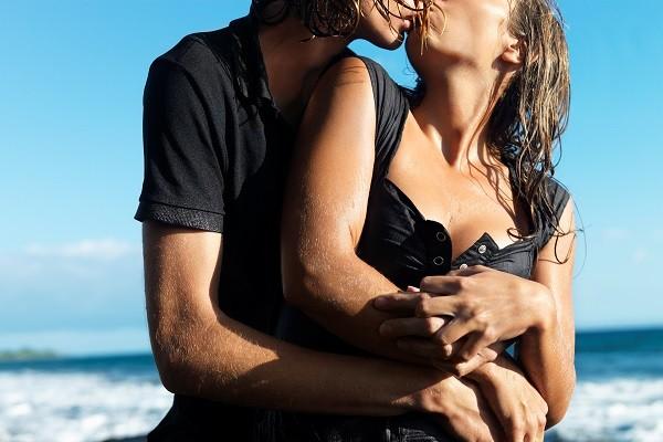 「水」並不會使身體更潤滑,在海邊做愛更可能讓私密處變乾燥。