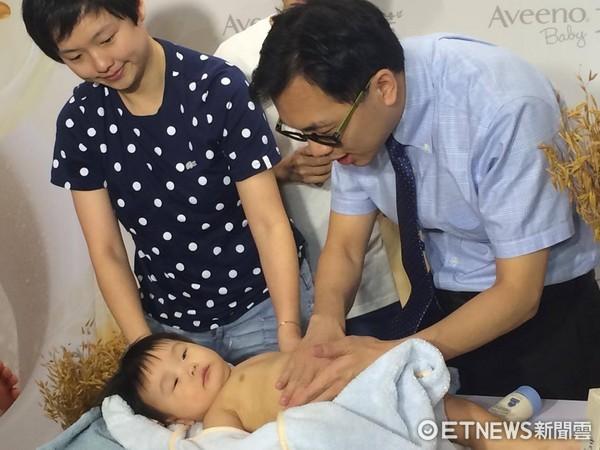 ▲寶寶洗澡,寶寶擦乳液,嬰兒示意圖。(圖/記者嚴云岑攝)