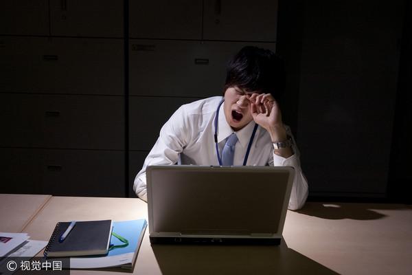 ▲上班族,沮喪,加班,過勞,超時,上班,疲累,示意圖。(圖/CFP)