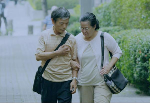 ▲抗癌路步步牽手情!夫喊話「活著,至少我還能扶你過馬路」。(圖/翻攝自台灣胰臟醫學《妻子的眼淚》)