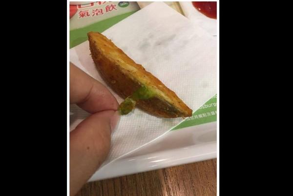 ▲▼鄉民去台南某摩斯漢堡分店吃到綠色黃金薯條。(圖/翻攝PTT)
