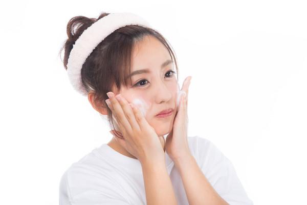 ▲保養,卸妝,洗臉。(圖/翻攝PAKUTASO)