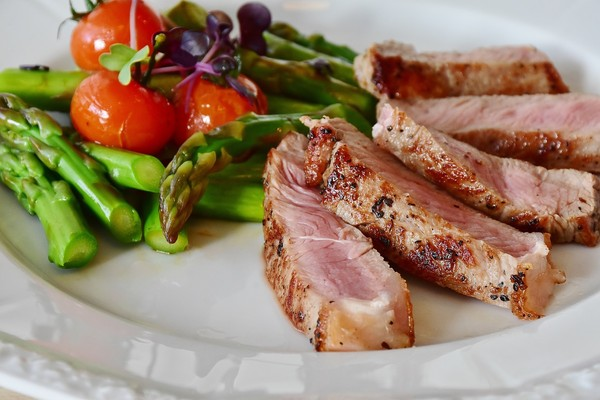 ▲生酮飲食,肉排,牛排,肉,蘆筍。(圖/翻攝自pixabay)