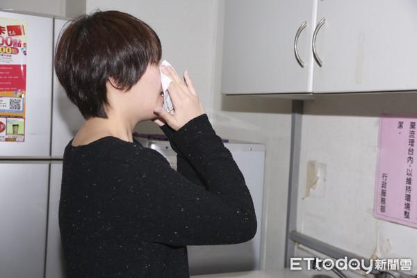 正妹打噴嚏、擤鼻涕、流鼻水、感冒(圖/記者黃克翔攝)