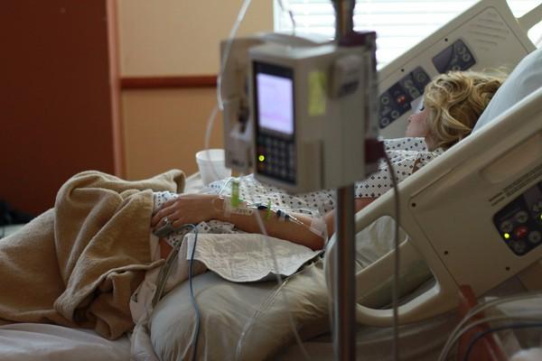 ▲▼ 病床,醫院,病人,病患,手術,點滴,治療,就醫,住院。(圖/取自免費圖Pixabay)