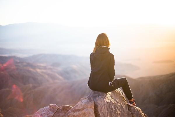 ▲獨立,女生,女人,女孩,一個人,登山。(圖/取自免費圖庫Pixabay)