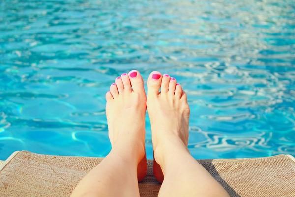 ▲夏天,脚,脚趾头,指甲油,游泳池,晒太阳。 (图/取自免费图库Pixabay)