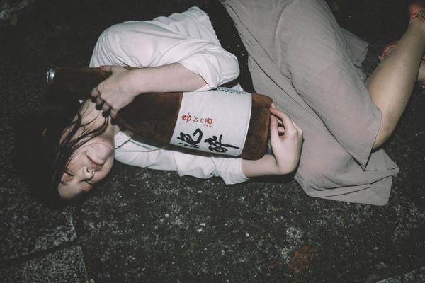 ▲喝醉,醉倒,睡路邊,喝酒。(圖/取自免費圖庫pakutaso)