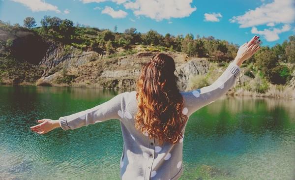 ▲自由,奔放,女孩,快樂,看風景,開心。(圖/取自免費圖庫Pixabay)