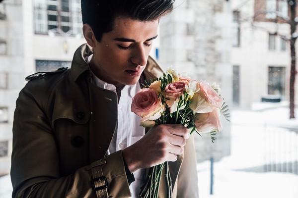 ▲花束,浪漫,男人,外國人,驚喜,送花。(圖/取自免費圖庫Pixabay)