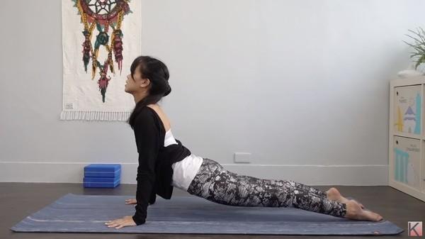▲瑜珈8動作舒緩肩頸痠痛。(圖/Flow With Katie提供)