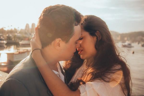 ▲情侶,接吻,親親,浪漫,甜蜜。(圖/取自免費圖庫Pixabay)